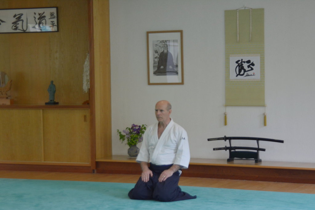 Devant le Kamiza (Mur d'Honneur) en seiza (assis)
